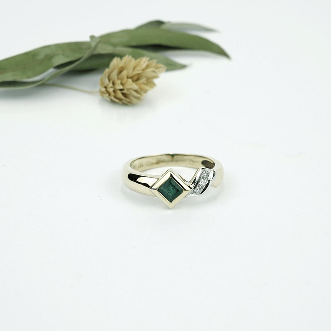 Goldschmiede Stößel | Gold- und Silberschmiede Uhren und Schmuck | Gerolzhofen – Ring mit Smaragd Correl und 3 Brillanten