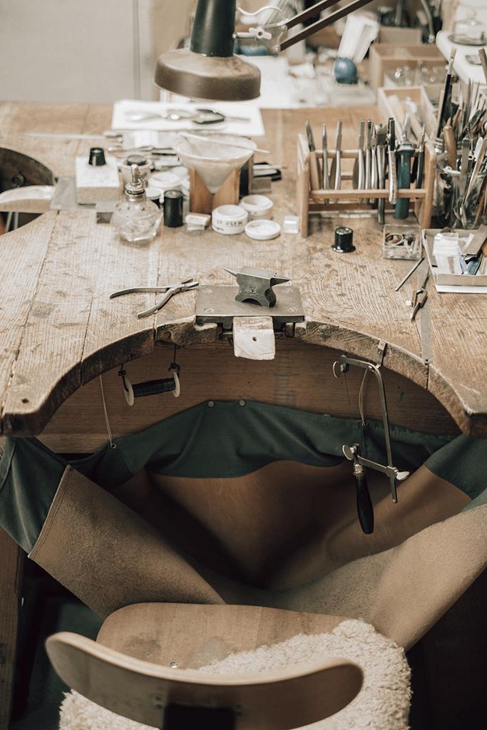 Goldschmiede Stößel | Gold- und Silberschmiede Uhren und Schmuck | Gerolzhofen – Werktisch Peter Stößel