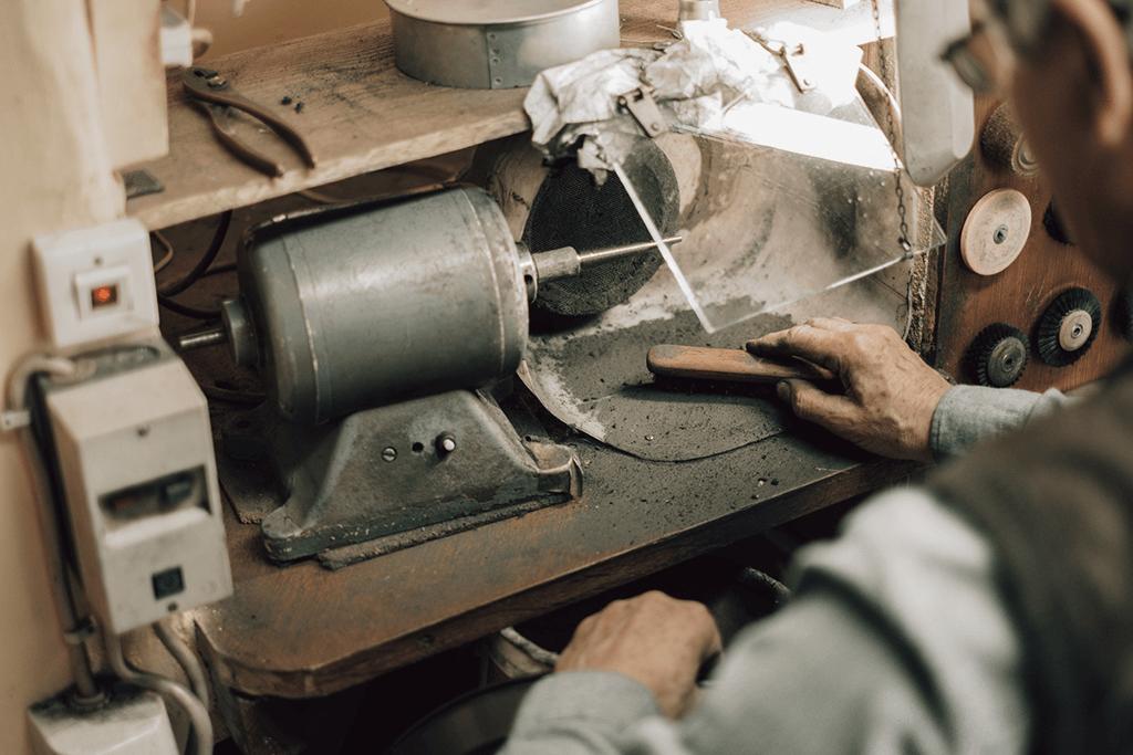 Goldschmiede Stößel | Gold- und Silberschmiede Uhren und Schmuck | Gerolzhofen – Polierarbeiten Peter Stößel